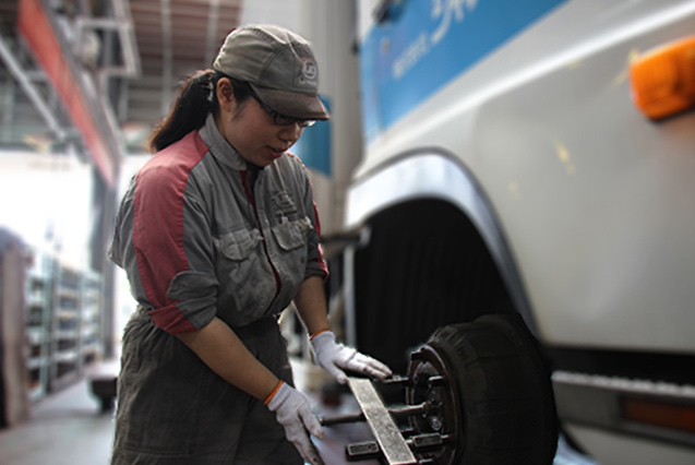 UD Trucks - Young female mechanic